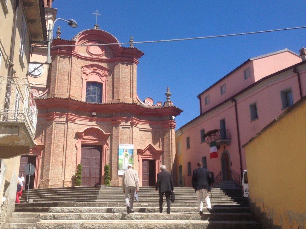 Trois représentants colombanais arrivent à l'église de Pianello